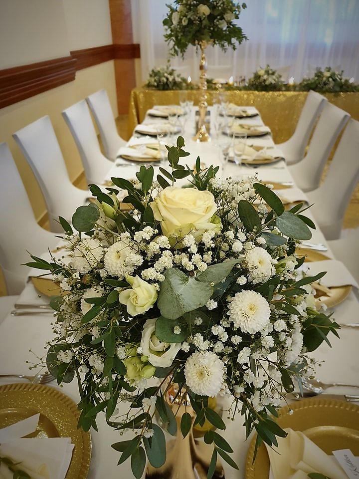 Svadobná dekorácia z eukaliptusu a bielych kvetín v kombinácii so zlatou