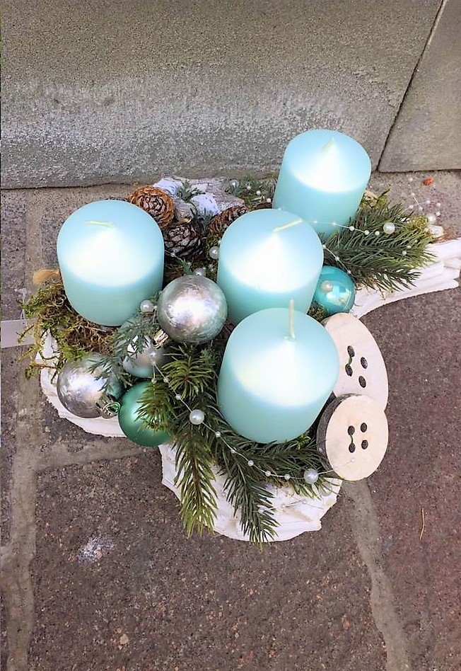 adventná dekorácia na prútenom základe v srdci s modrými sviečkami, umelá čečina a prírodné zdobenie, adventná dekorácia a veniec