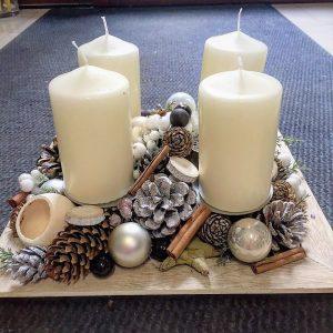 adventný drevený štvorcový podnos, bohaté zdobenie, krémové sviečky,šišky, škorica, vianočné gule