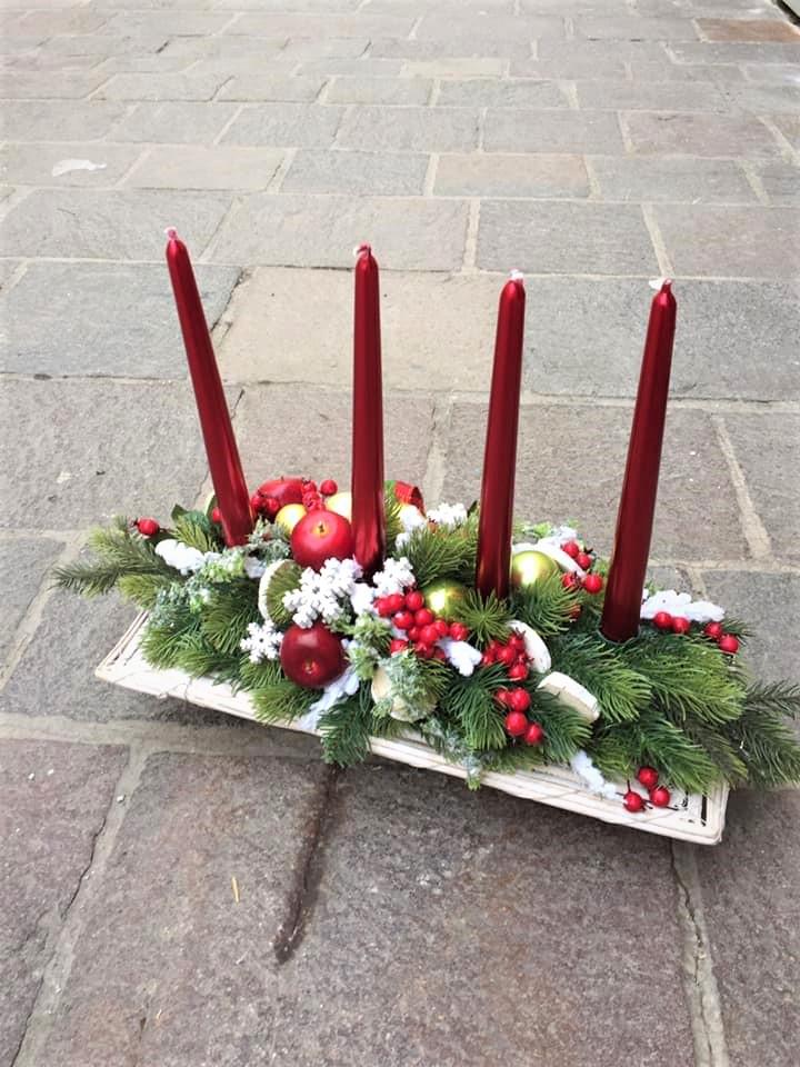 adventná dekoráca na prútenom podlhovastom základe, červené sviečky, umelá čečina,bohaté vianočné zdobenie plody, jablčko,gule