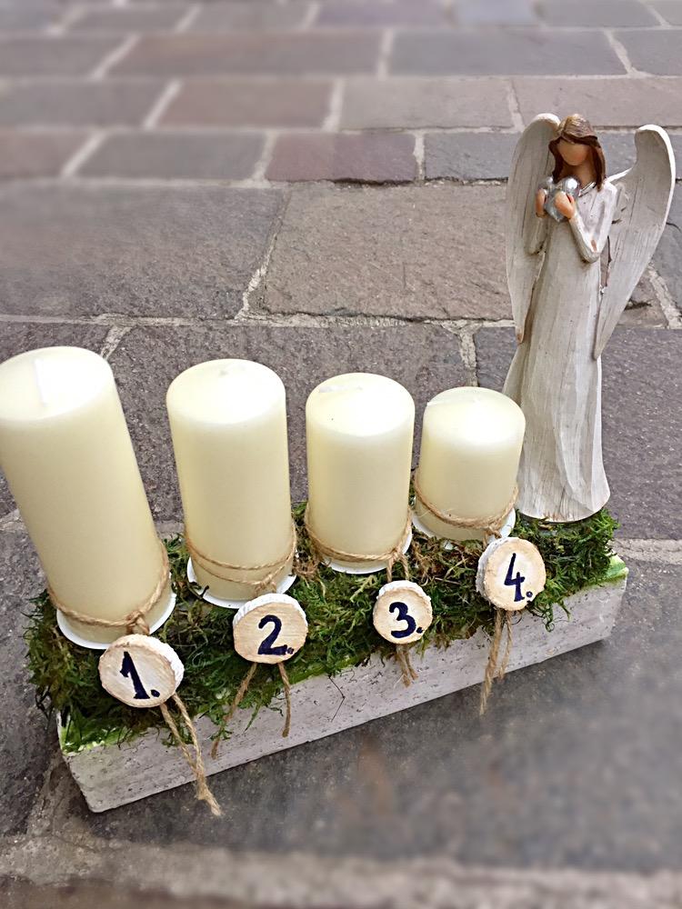 podlhovasté aranžmá na vianočný čas, 4 postupné krémové sviečky, anjel, jemné zdobenie
