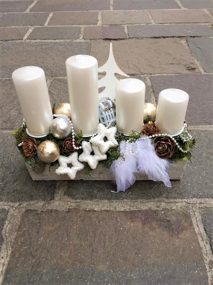 biela adventná dekorácia v obdlžníkovej nádobe doplnené sú anjelské krídla, vianočné gule, perličky,sánky