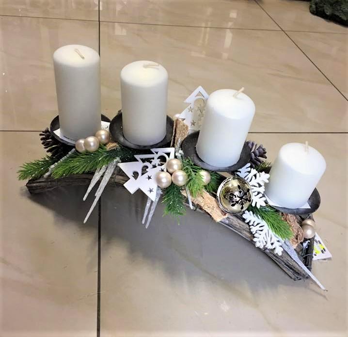 adventná dekoráca na bielom oblúku, postupné sviečky, umelá čečina, vianočné doplnky stromček,perly,vločky, cencúle,rolnička