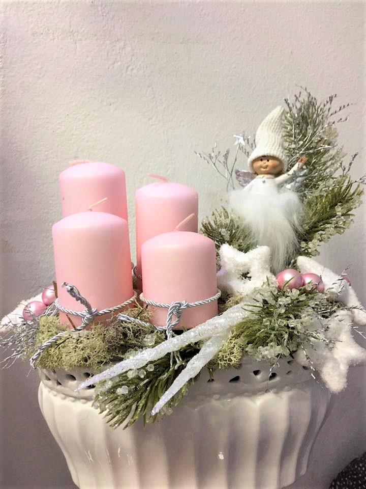 porcelánová nádoba a ružové sviečky s ľadovým zdobením a škriatkom na adventný čas