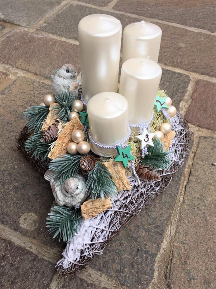 adventná dekorácia na prútenom základe v srdci s bielymi postupnými sviečkami, umelá čečina a prírodné zdobenie a zimný vtáčik