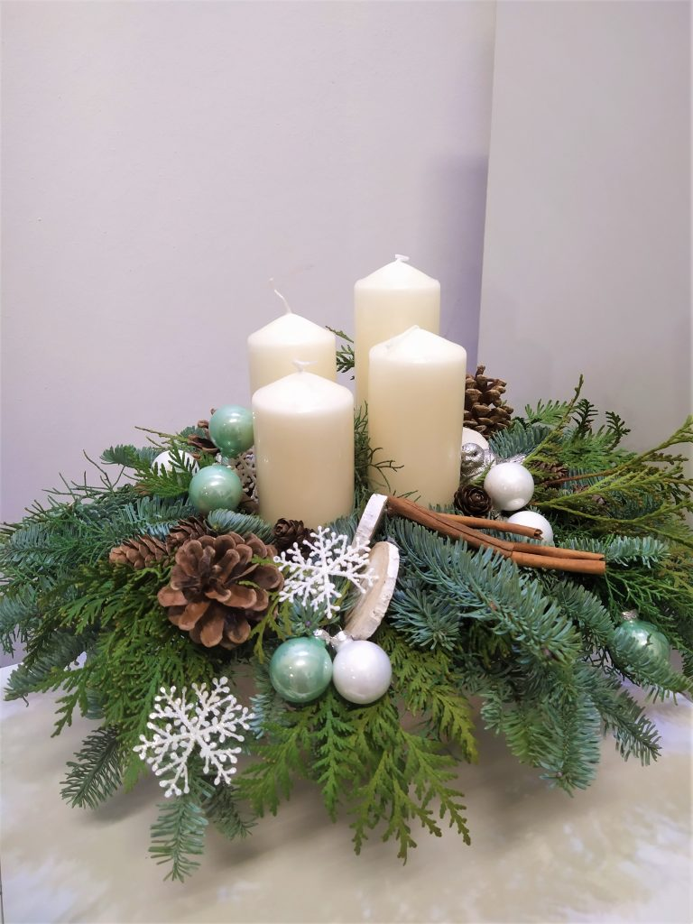 adventná dekorácia v miske zo živej čečiny,v strede sú krémové sviečky,ozdoby tyrkysovej farby a prírodné doplnky