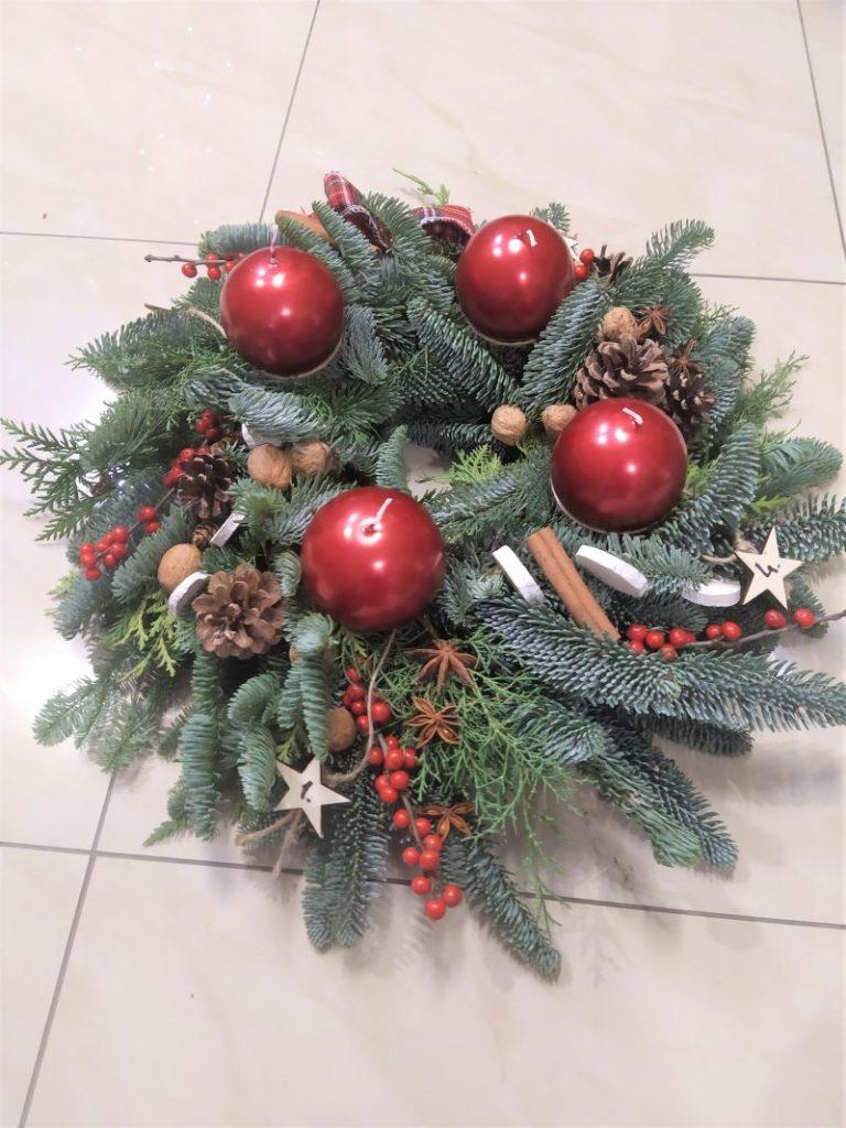 advent z jedličkovej čečiny červené sviečky, jablko, škorica, sánky,pomaranč, adventná dekorácia a veniec