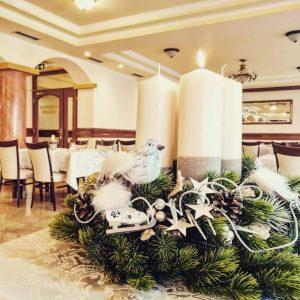 umelý čečinový adventný veniec,v centre sú veľké sviečky, po krajoch je bohato vianočne zdobený v krémovo-bielo-zlatej