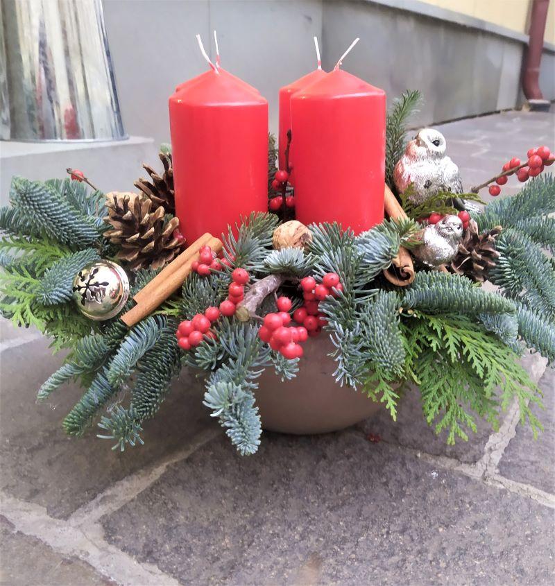 Adventná dekorácia zo živej čečiny v miske a vianočnými ozdobami v červenej farbe