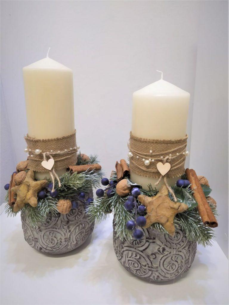 bytová dekorácie s krémovou sviečkou v zdobenom kvetináči, umelymi trnkami, Zimné dekorácie
