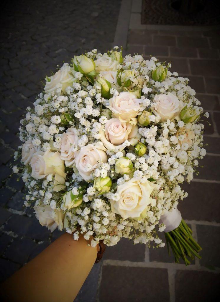 okrúhla svadobná kytica z gybsomilky a mini ruži v smotanových farbách