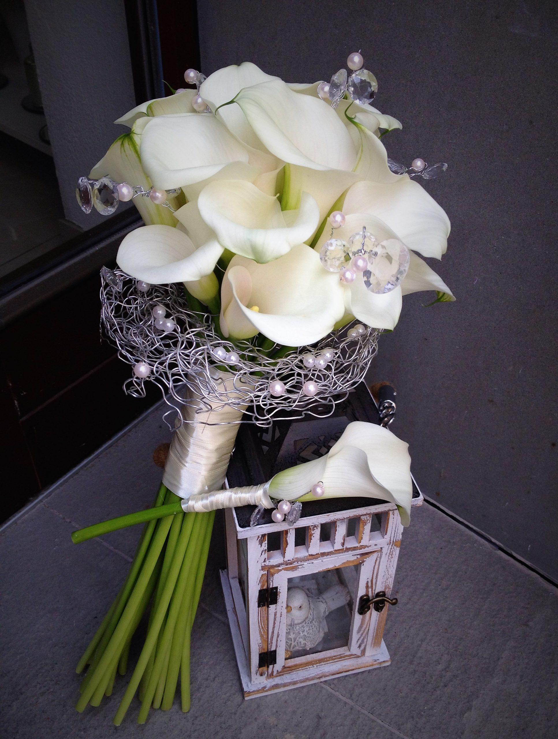 biele kaly ako svadobná kytica,doplnené bielymi perlami a diamantami