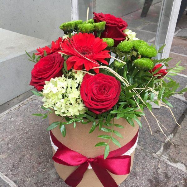 kvetinový box s kvetmi v červenej a zelenej farbe previazaný mašlou