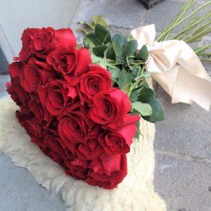 kytica z červených ruží previazaná mašlou