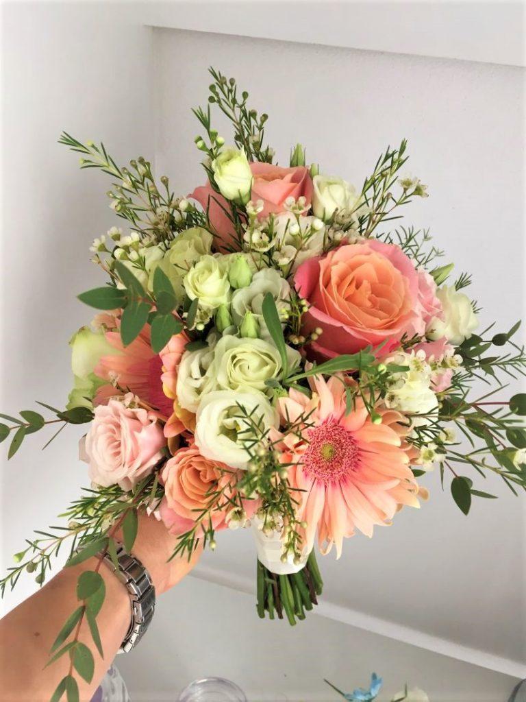 svadobná kytica marhuľovej farby, lúčny štýl, ruža, lisianthus, wax, eukaliptus