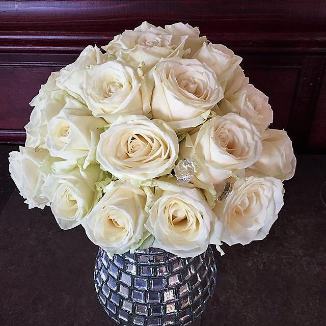 malá okrúhla svadobná kytica z bielych ruží