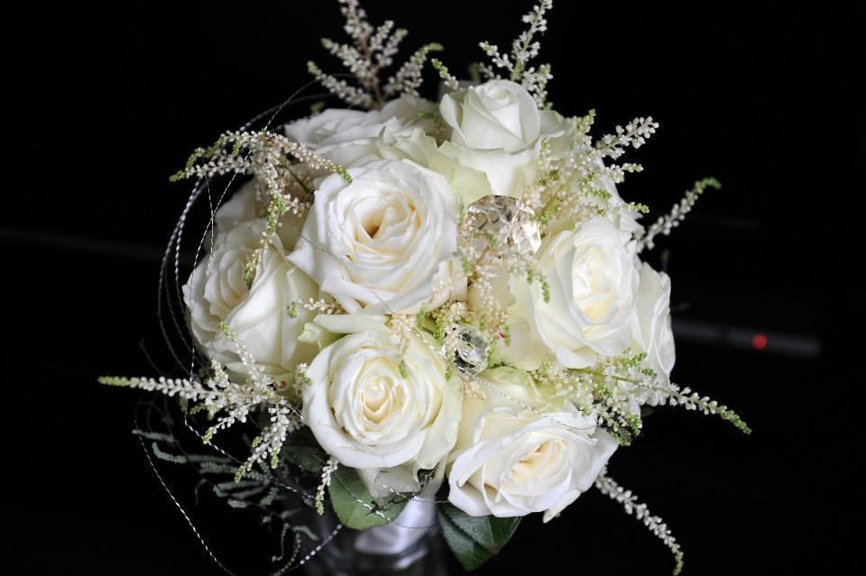 biela svadobná kytica z ruží, astilbe jemne dozdobená