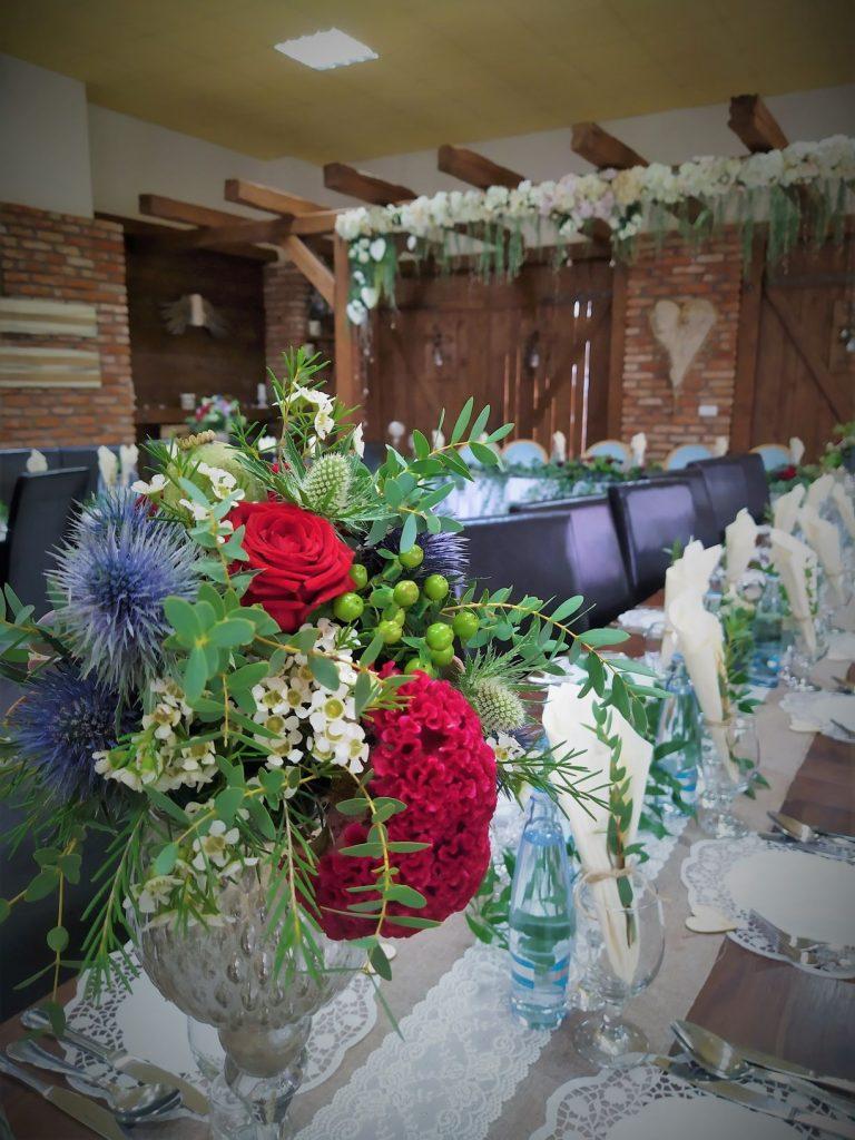 svadovná výzdoba, kvetinova dekorácia na svietniku bordovo zelené kvety