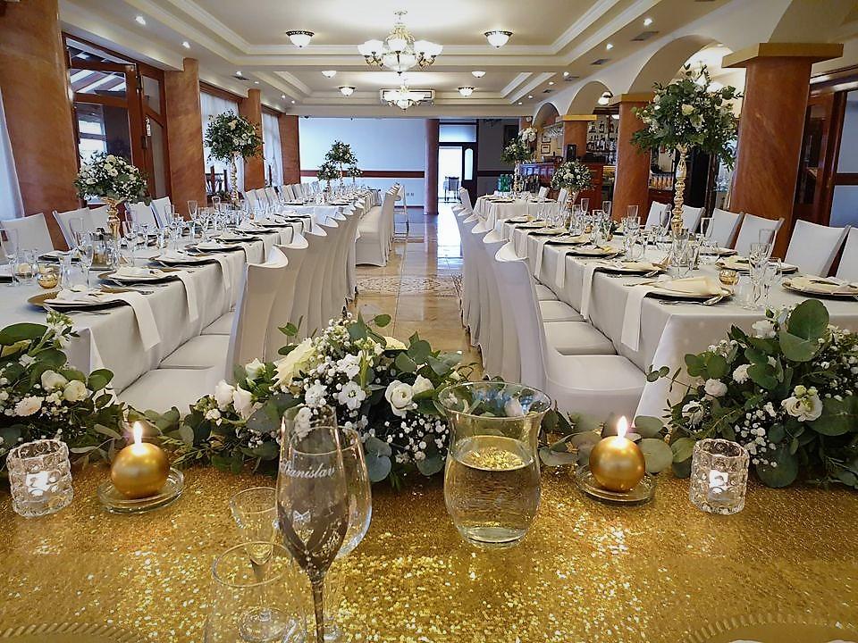 bielo zlata svadobná vyzdoba v zlatom zaklade pohlad na salu a dekoracie