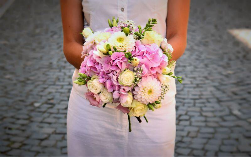 svadobná lúčna okrúhla kytica z hortenzí, ruží,frézií v ružovej bielej farbe