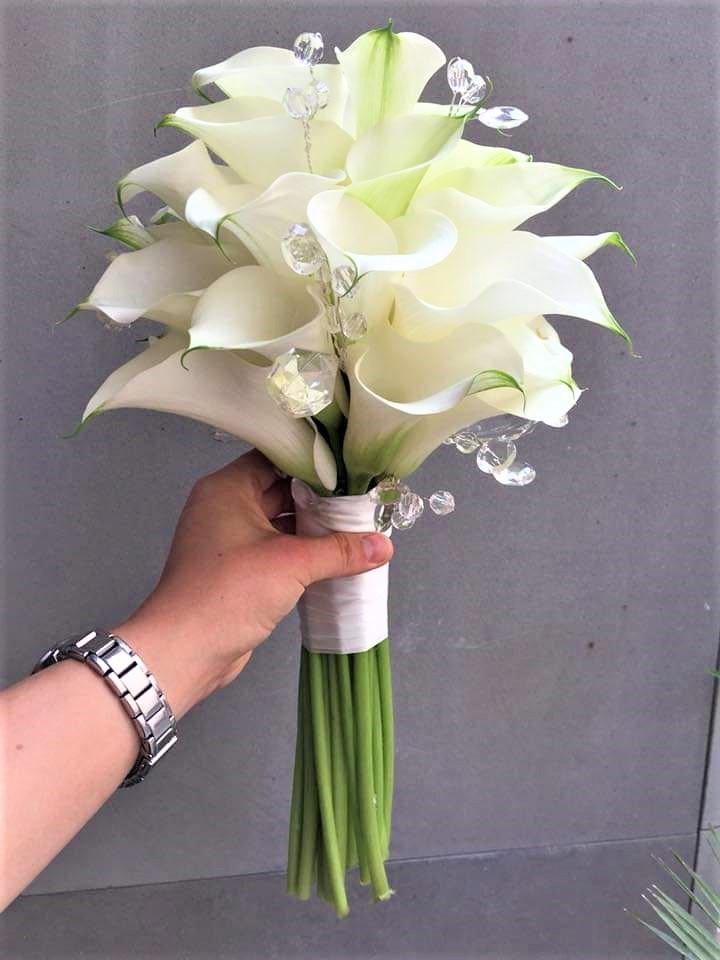 svadobná kytica, kaly bielej farby doplnené diamantikmi s bielou stuhou