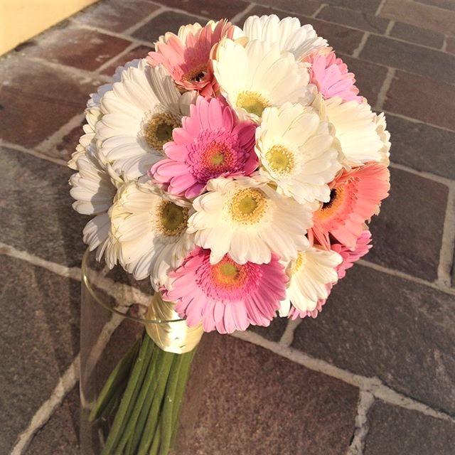 Svadobná kytica z ružových mini gerbier naukladých na husto do okrúhla.