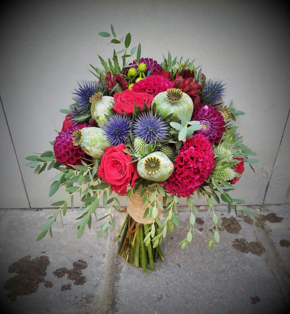 bordova ruža zelené makovice,bodliaky, svadobná kytica