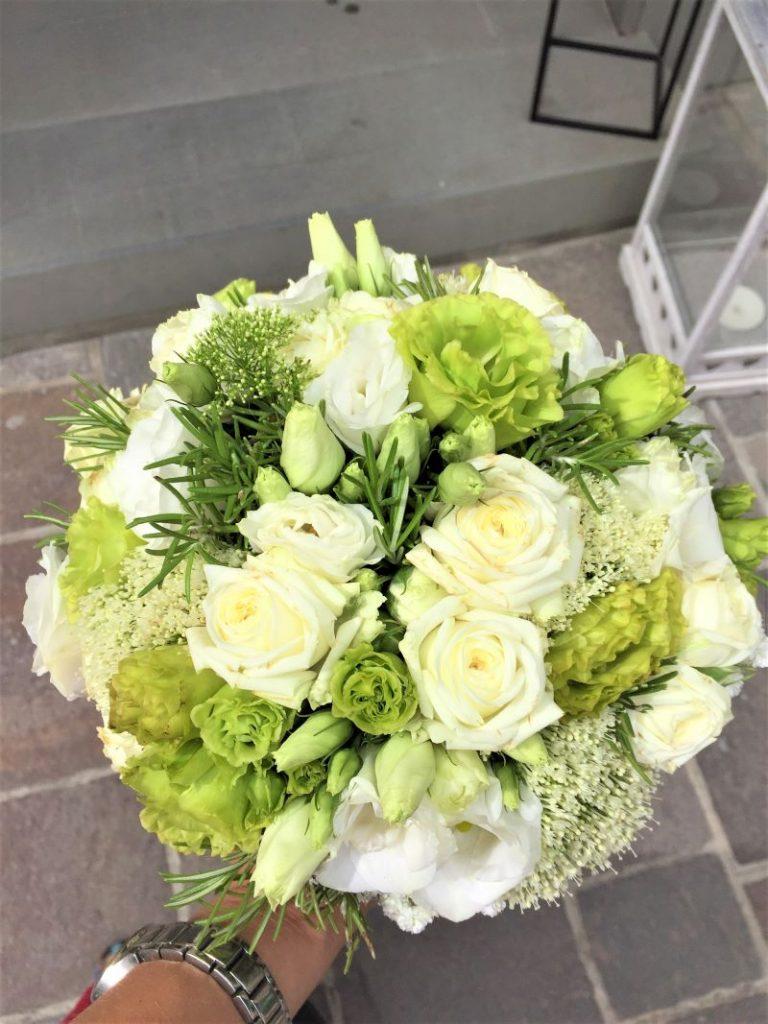 Svieža okrúhla zeleno biela svadobná kytica s rozmarínom, mini ruže, lisianthus,trachelium