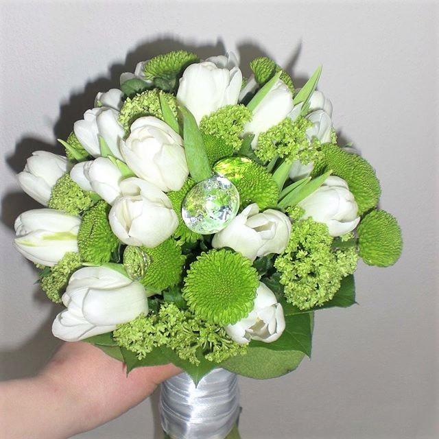 Tulipánová svadobná kytica v sviežom zelenom prevedení