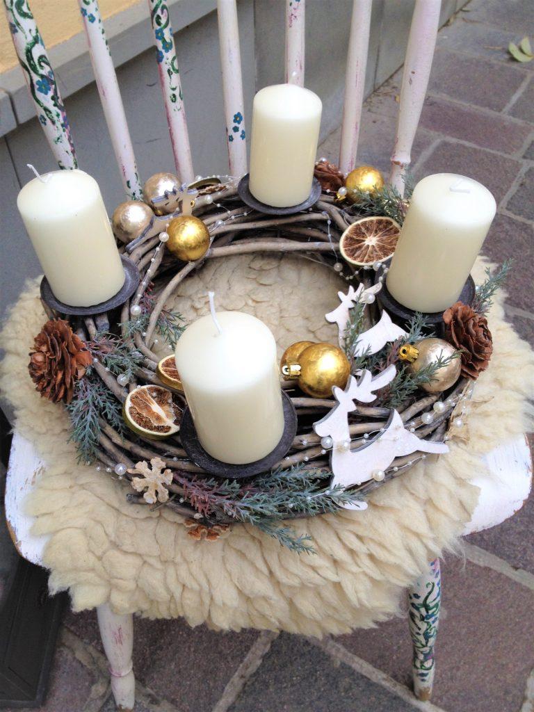 krémové sviečky v adventnom venci na prútenom základe s prírodnými vianočnými ozdobami