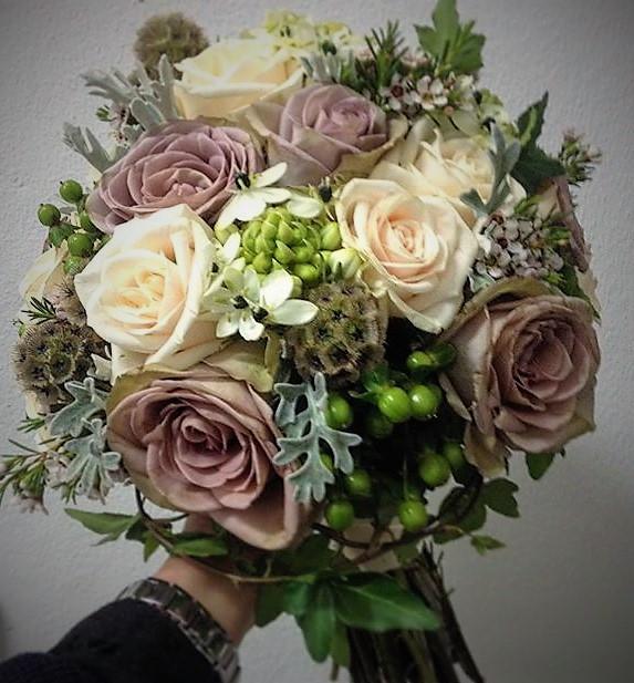 svadobná kytica z ruží vo vinrage farbách a štýle