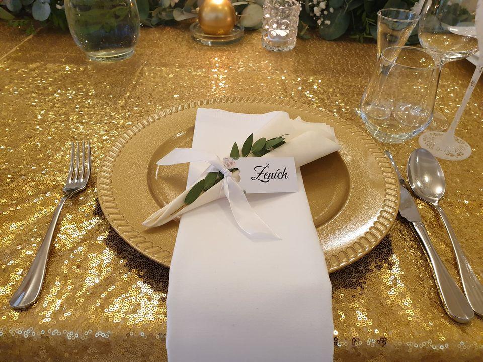 klubovy tanier zlatej farby, slavnostné stolovanie, latkový obrusok a servitka s menovkou