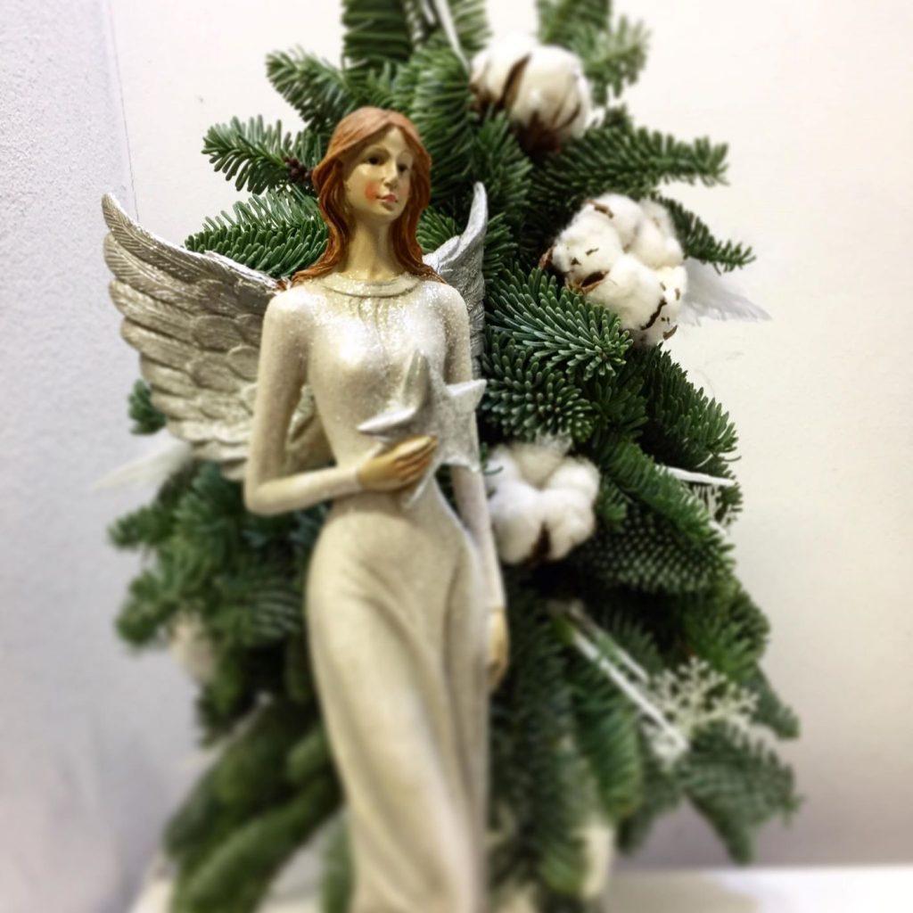 zenska postava anjela na pozadi zivej ceciny, anjel a vianoce