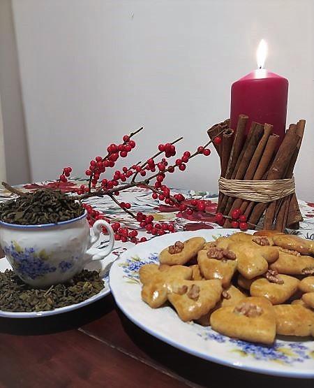 recept na perniky, sviečka na stole a tanier s perníkami