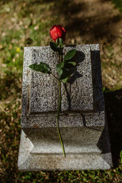 pohreb, smútočná kytica, cintorín, ruža