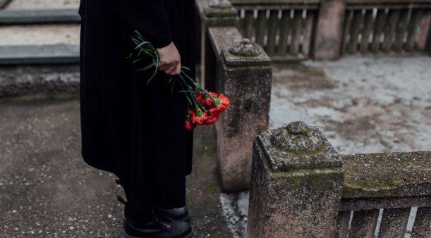 pohreb, smútočná kytica, cintorín, spomienka