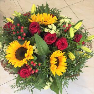 kytica plna kvetov, ruže, slnečnice v kytici