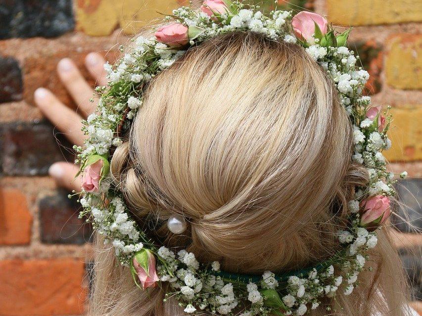 svadobný účes venček vo vlasoch