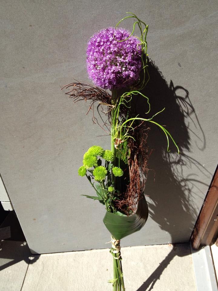 netradičná kytica pre muža ozdobeny fialový cesnak